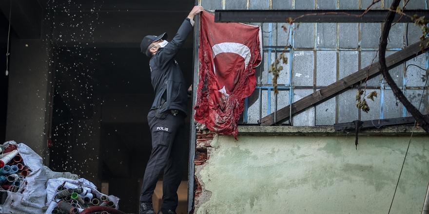 Bursa'daki Yangında Türk Bayrağı Ekiplerce Koruma Altına Alındı