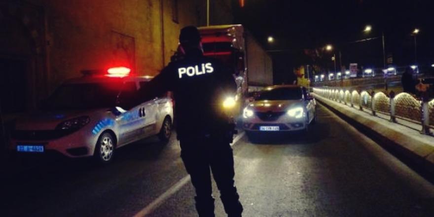 Bursa'da Aracının Tekeri Patlayan Vatandaşa Polis Yardımcı Oldu