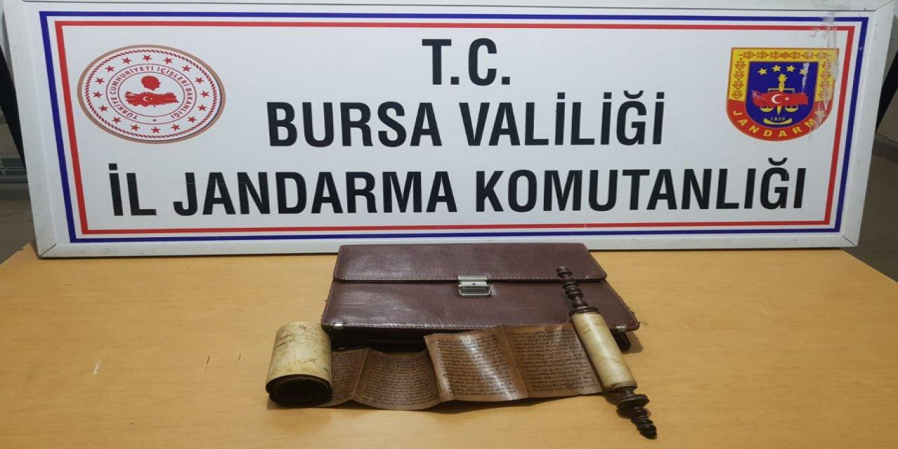 Bursa'da Tarihi Eser Olarak Değerlendirilen Kitabı Jandarmaya Satmak İsterken Yakalandılar