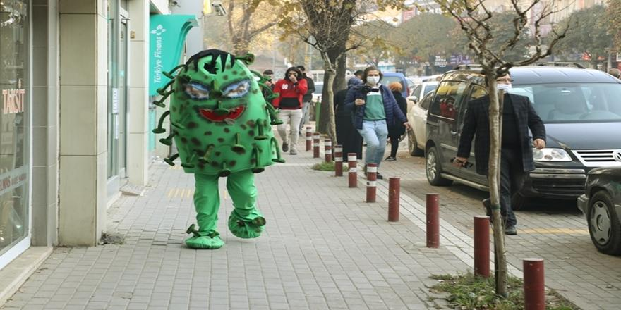 Bursa'da Belediye Personeli Vatandaşları Koronavirüse Karşı İlginç Kostümle Uyardı