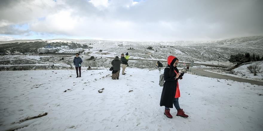 Uludağ'da Kar Yağışı Turizmcilerin Yüzünü Güldürdü