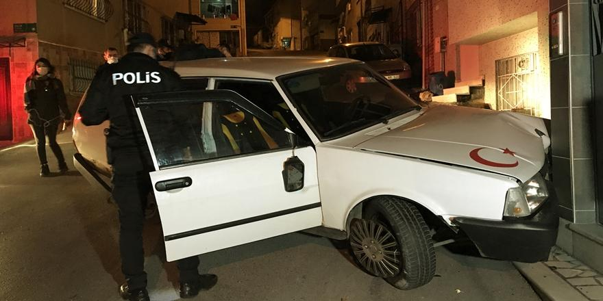 Bursa'da Polisten Kaçan Otomobil Evin Duvarına Çarptı