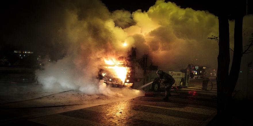 Bursa'da İşçileri Taşıyan Servis Aracı Yandı