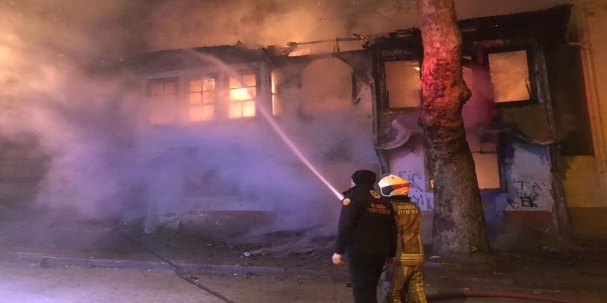 Bursa'da Yangın! Metruk Bina Tamamen Yandı