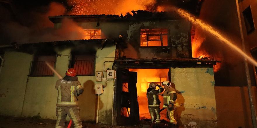 Bursa'da 2 Katlı Metruk Binada Yangın! Ekipler Müdahale Etti