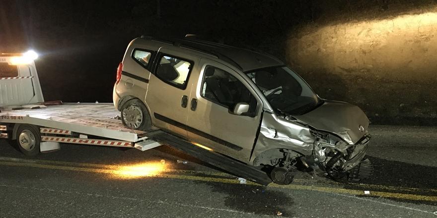 Bursa'da Kaza! Otomobil İle Hafif Ticari Araç Çarpıştı: 3 Kişi Yaralandı