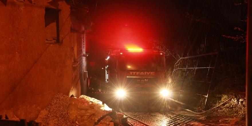 Bursa'da Yangın! İki Katlı Ahşap Ev Kullanılamaz Hale Geldi