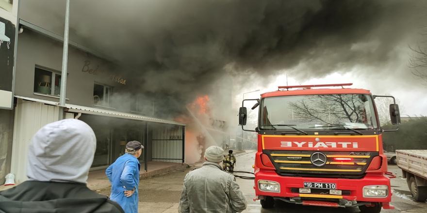 İnegöl'deki Bir Sünger Deposunda Yangın Çıktı