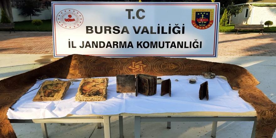 Bursa'da Tarihi Eser Kaçakçılığı! Tevrat Ve Çeşitli Objeler Ele Geçirildi