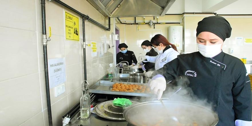 Bursa'daki Meslek Lisesinde Pişirilen Yemekler İhtiyaç Sahiplerine Ulaştırılıyor