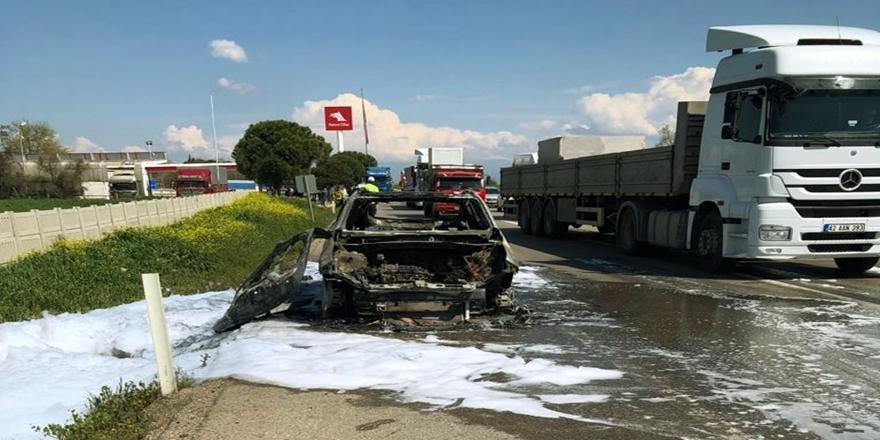 Bursa'da Seyir Halindeki Otomobil Yanarak Kullanılamaz Hale Geldi