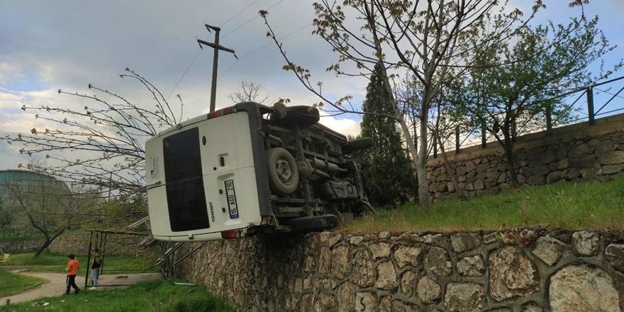 Bursa'da Refüje Çarptıktan Sonra Parka Devrilen Minibüste 4 Kişi Yaralandı