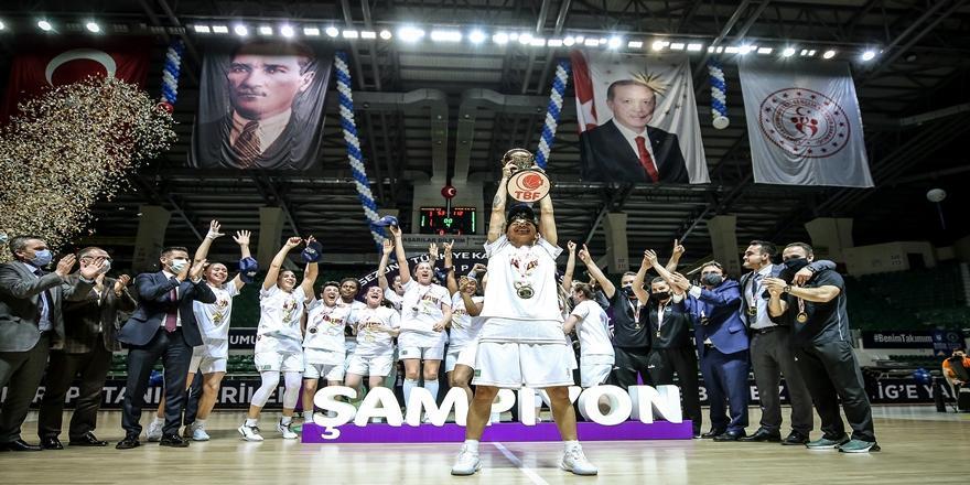 Kadınlar Basketbol Süper Ligi'ne Yükselen Bursa Büyükşehir Belediyespor Şampiyonluk Kupasını Kaldırdı
