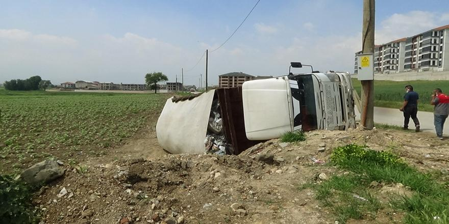 İnegöl'de Kaza! Devrilen Kamyonun Sürücüsü Yaralandı