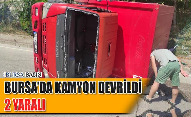 Bursa'da İçecek Yüklü Kamyon Devrildi: 3 Kişi Yaralandı