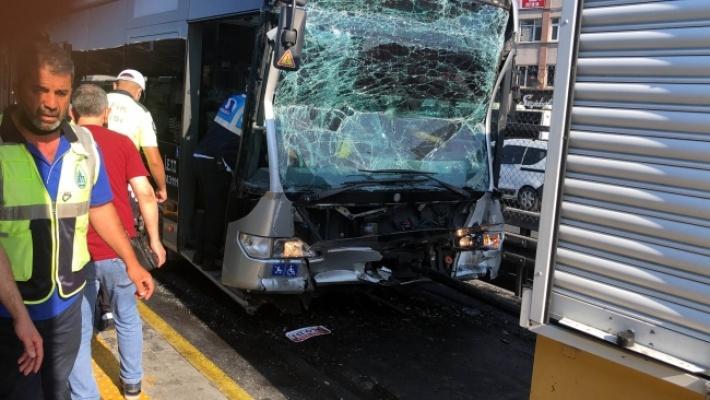 İstanbul'da Metrobüsler Çarpıştı: 24 Yaralı
