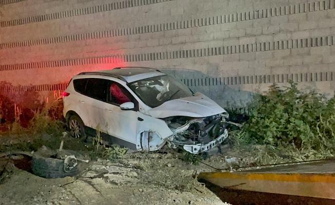 Bursa'da virajı alamayan Araç köprü duvarına çarptı 2 Yaralı!