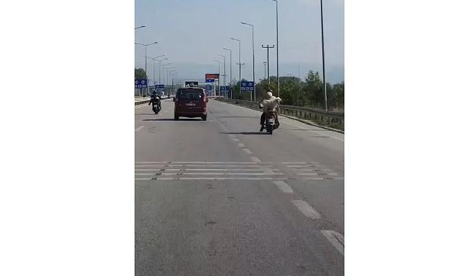 Bursa'da köpeğini motosiklet arkasına bırakan sürücünün  tehlikeli yolculuğu kameraya yansıdı