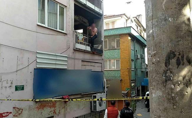 Kendisini eve kilitleyerek balkondan eşyaları fırlatan bağımlıyı emniyet müdürü etkisiz hale getirdi
