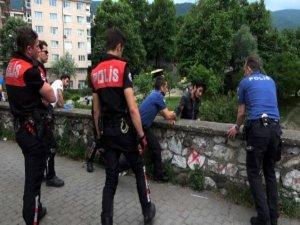 Bursa'da Bir Genç Köprüden Atlamak Üzereyken Polis Tarafından Kurtarıldı