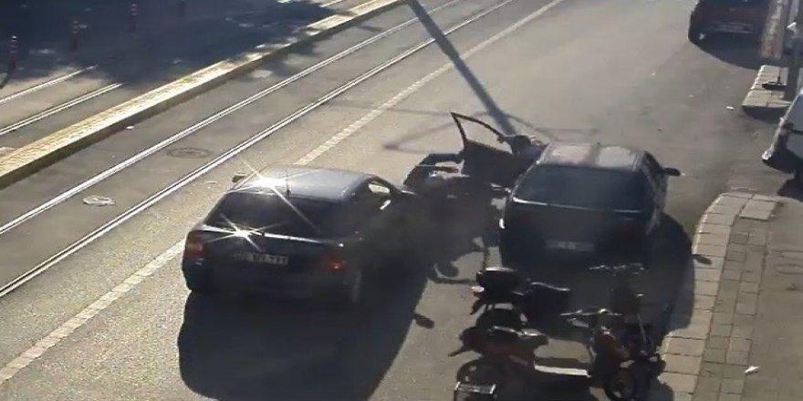 Motosiklet Sürücüsü İki Aracın Arasında Kaldı