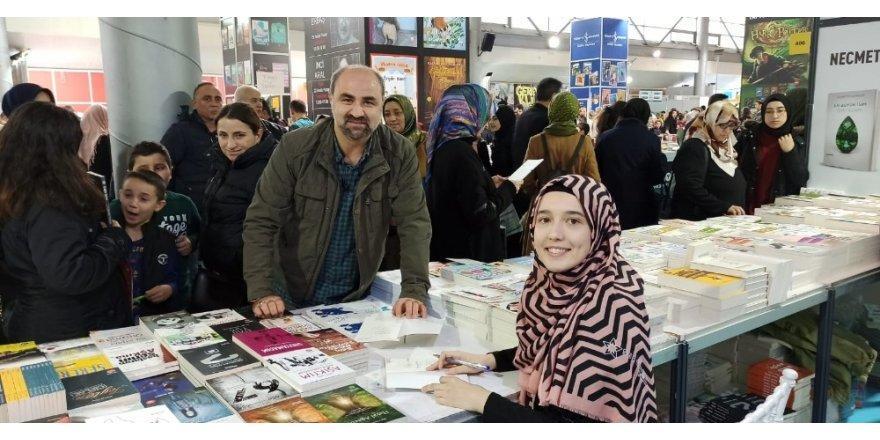 Bursalı Yazar 'Küçük Anne' Tuğçe Çakır İmza Gününde Takipçileriyle Buluştu
